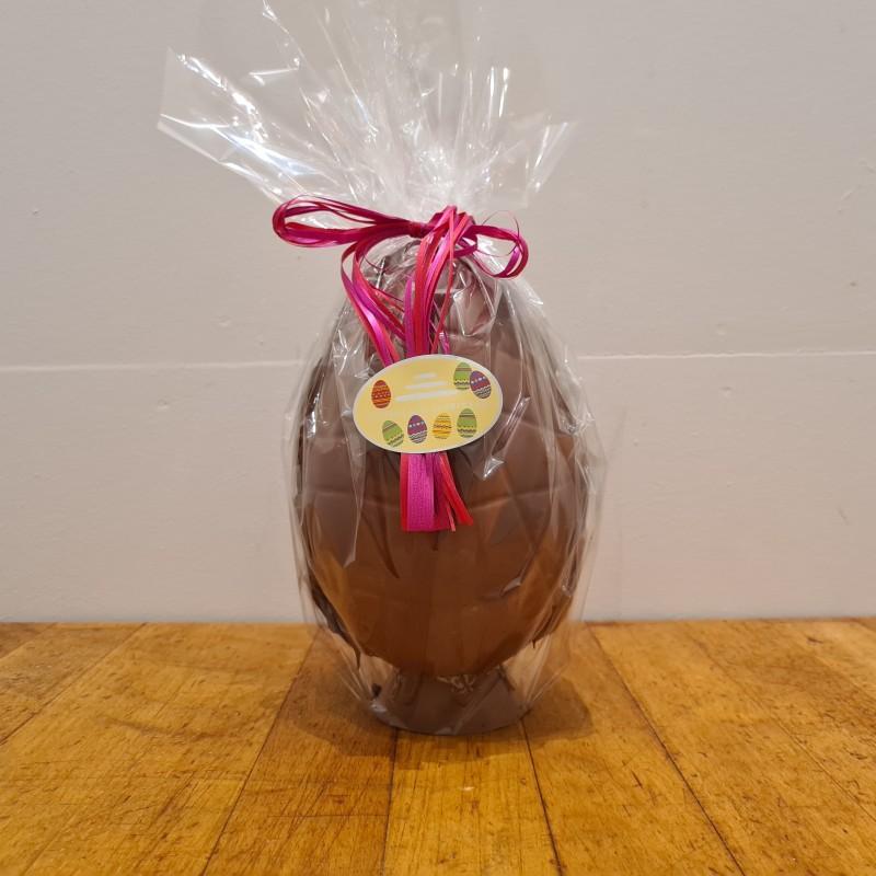 Hel påskeæg i lys chokolade, ca. 19 cm. DENNE VARE SKAL AFHENTES I BUTIKKEN