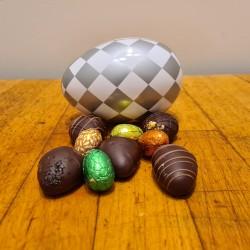 Metalæg med hjemmelavede marcipanæg og gran grù æg